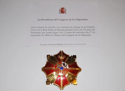 Ordóñez recibe el más alto reconocimiento institucional a las víctimas del terrorismo