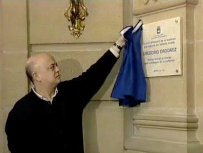 El Ayuntamiento coloca una placa en memoria de Gregorio Ordóñez