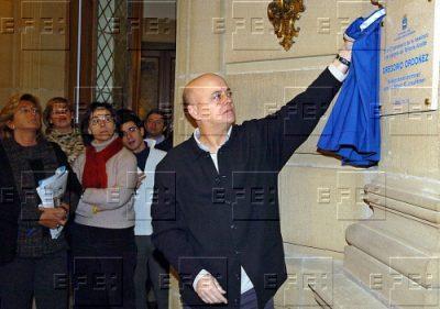 Odón Elorza descubre una placa en memoria de Ordóñez en el Ayuntamiento