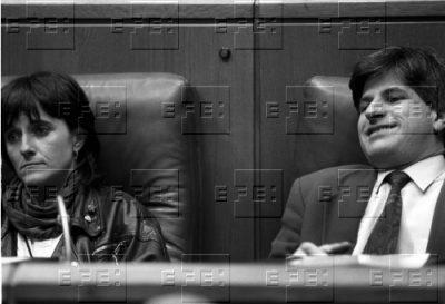 Junto a sus verdugos en el Parlamento