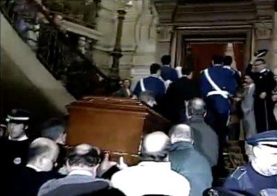 Una multitud emocionada recibe el féretro de Gregorio Ordóñez